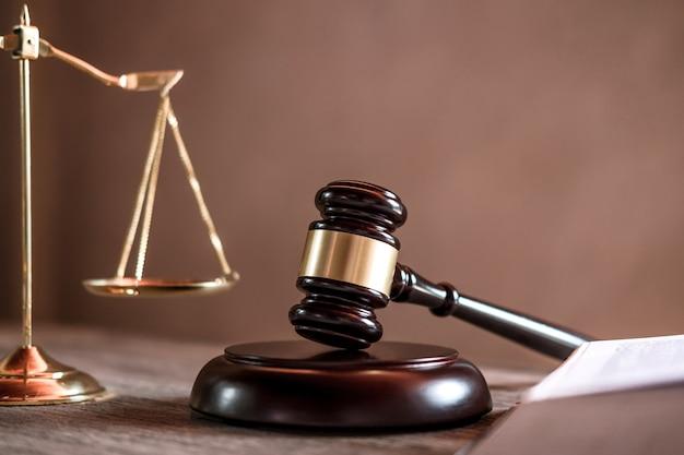 正義の弁護士、テーブルに取り組んでいるオブジェクトの文書と裁判官小槌 Premium写真