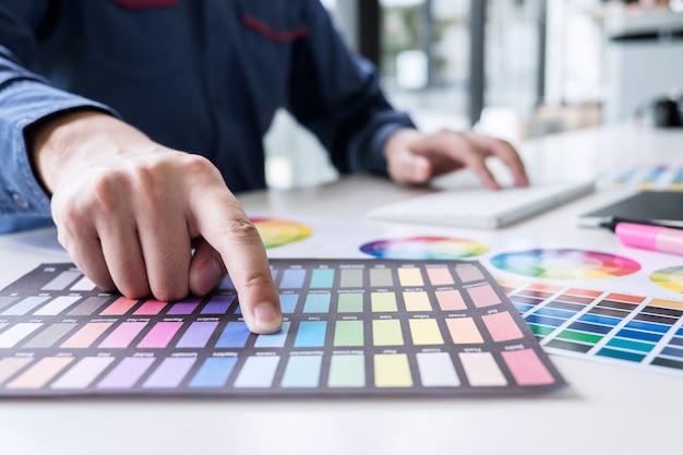 グラフィックデザイナーのグラフィックタブレット上に描画、色の選択と色見本に取り組んで Premium写真