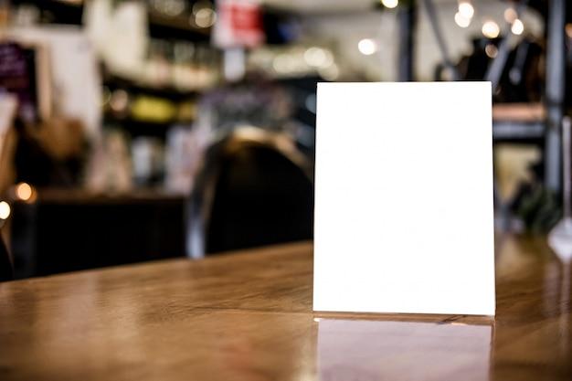 テーブルの空白のメニューフレームは、製品のディスプレイのテキストを表します Premium写真