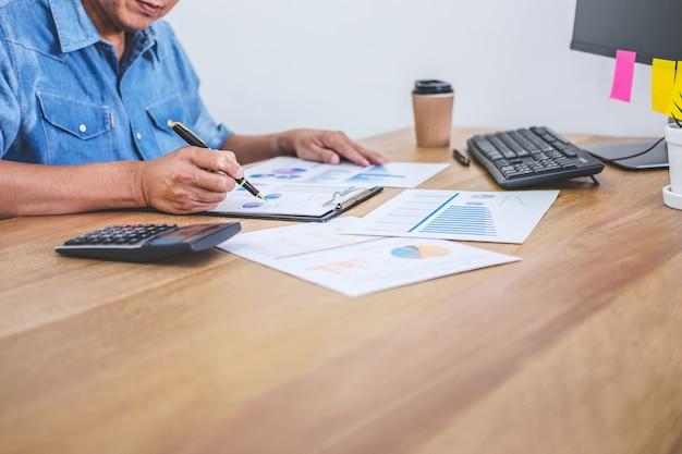 Бизнесмен занимается финансами и рассчитывает о стоимости инвестиций в недвижимость и других Premium Фотографии