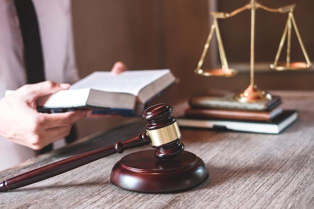 男性の弁護士事務所で法律事務所で働いています。法律アドバイスの概念 Premium写真