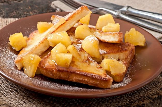Французский тост с карамелизированными яблоками на завтрак Бесплатные Фотографии