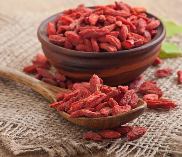 Красные сушеные ягоды годжи в деревянной ложке Бесплатные Фотографии