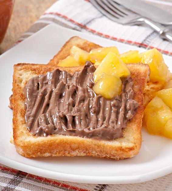 朝食にキャラメルリンゴとチョコレートクリームを添えたフレンチトースト 無料写真