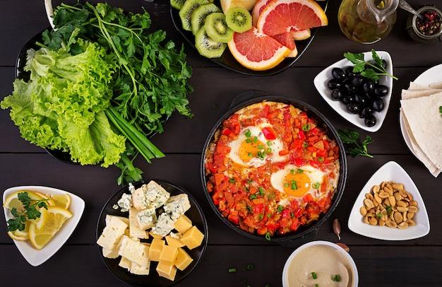 Турецкий шакшука с оливками, сыром и зеленью Premium Фотографии