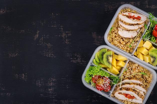 チキン、ブルガー、マイクログリーン、トマト、フルーツのランチボックス Premium写真