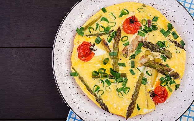 Омлет со спаржей и помидорами на завтрак Premium Фотографии