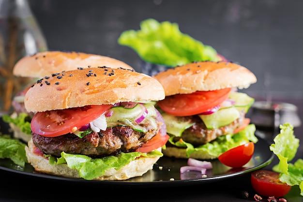 牛肉、トマト、赤玉ねぎ、レタスのハンバーガー 無料写真