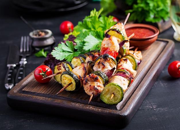 肉の串焼き、ズッキーニとチキンシシカバブ、トマト、赤玉ねぎ Premium写真
