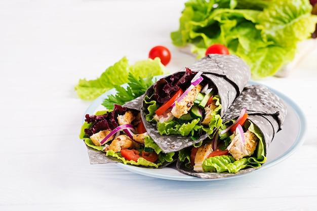 Тортилья с добавленными чернилами каракатицы с курицей и овощами Premium Фотографии