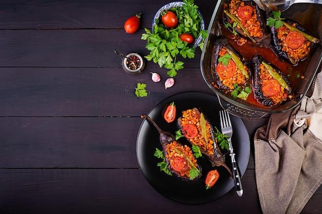 Баклажаны по-турецки с говяжьим фаршем и овощами, запеченные в томатном соусе Бесплатные Фотографии