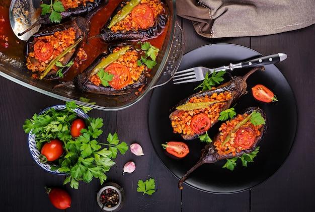 Баклажаны по-турецки с говяжьим фаршем и овощами, запеченные в томатном соусе Premium Фотографии