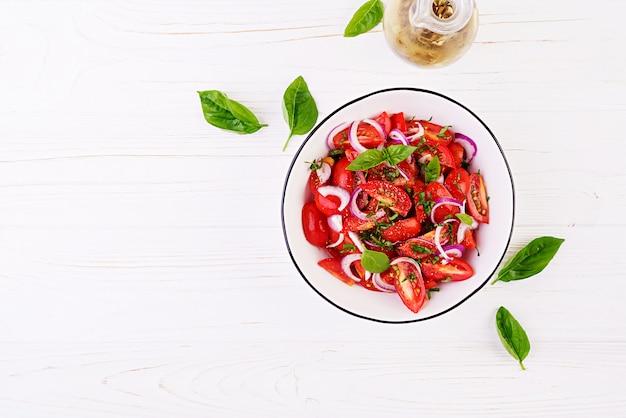 Салат из помидоров с базиликом и красным луком Бесплатные Фотографии