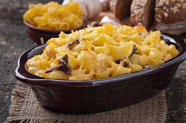 オーブンで焼いたチーズ、チキン、マッシュルームのマカロニ 無料写真