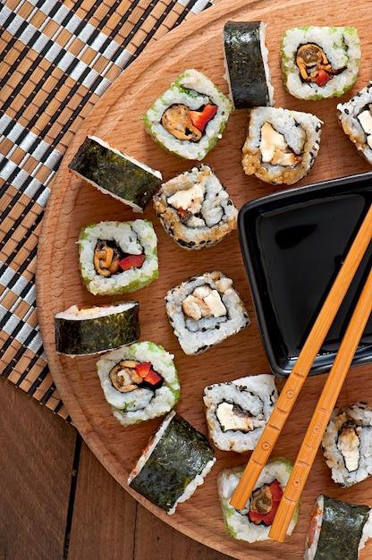 木の板に寿司セット Premium写真