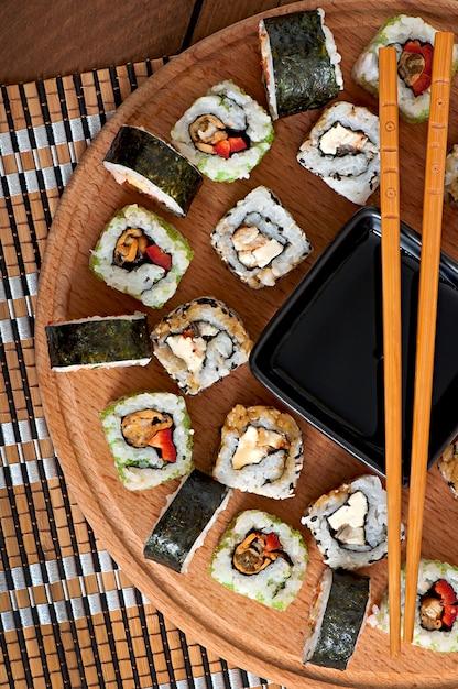 Суши на деревянной доске Premium Фотографии