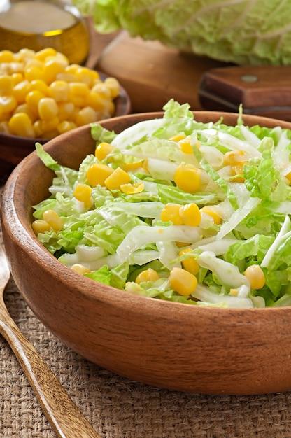 木製のボウルにスイートコーンと白菜サラダ 無料写真
