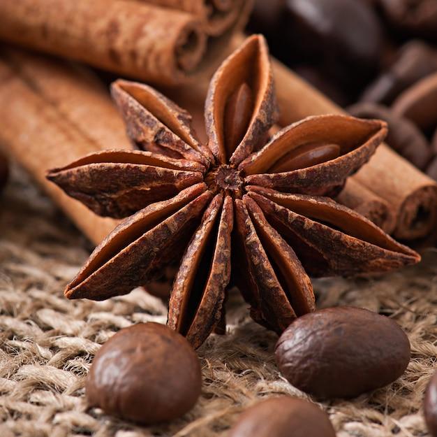 古い木製の背景にアニス、シナモン、コーヒー豆 無料写真