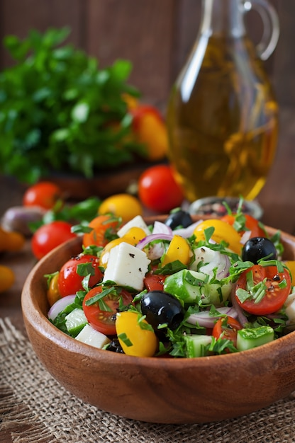 新鮮な野菜、フェタチーズ、ブラックオリーブのギリシャ風サラダ Premium写真