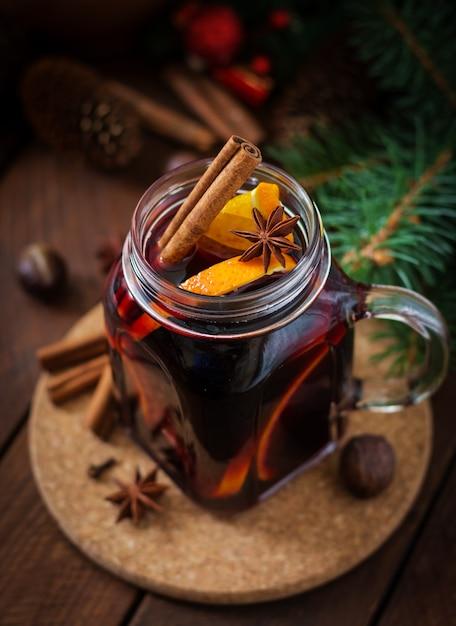 クリスマスのグリューワインとスパイス。 Premium写真