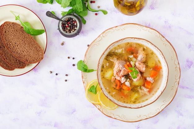 ボウルに野菜とサーモンスープ。上面図。平置き Premium写真