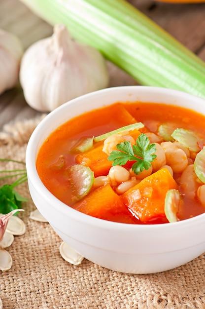 カボチャ、豆、セロリのトマトスープ 無料写真