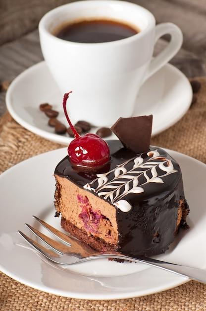 Сладкий десертный кекс с вишней Premium Фотографии