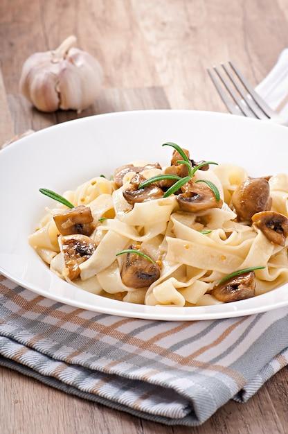 タリアテッレとキノコのベジタリアン料理 無料写真