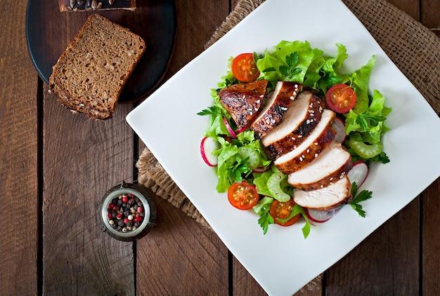 Салат из свежих овощей с жареной куриной грудкой. Бесплатные Фотографии
