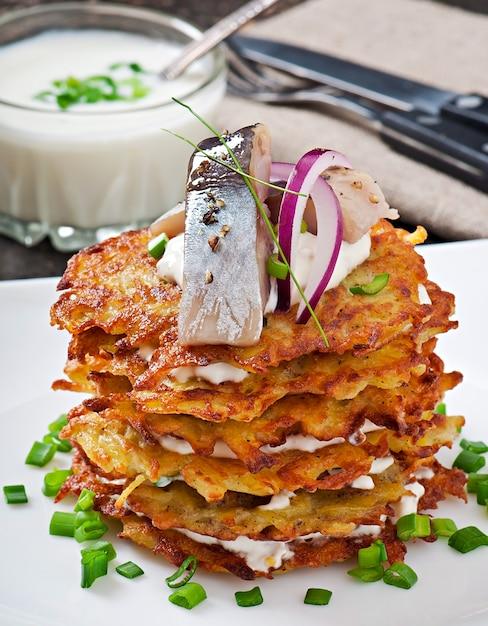 Картофельные оладьи с сельдью Бесплатные Фотографии