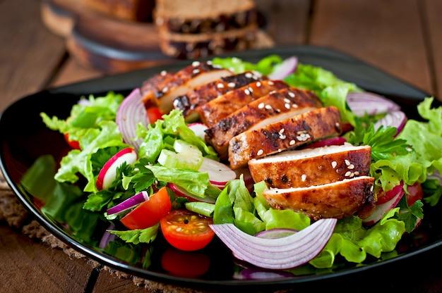 鶏胸肉のグリルと新鮮野菜のサラダ。 無料写真