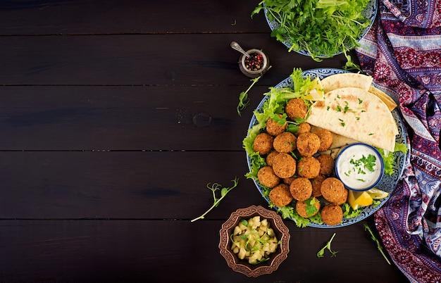 Фалафель, хумус и пита. блюда ближневосточной или арабской кухни Бесплатные Фотографии