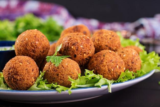 Фалафель, хумус и пита. ближневосточные или арабские блюда. халяльная еда. Бесплатные Фотографии