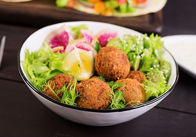 Фалафель и свежие овощи. чаша будды. блюда ближневосточной или арабской кухни Бесплатные Фотографии