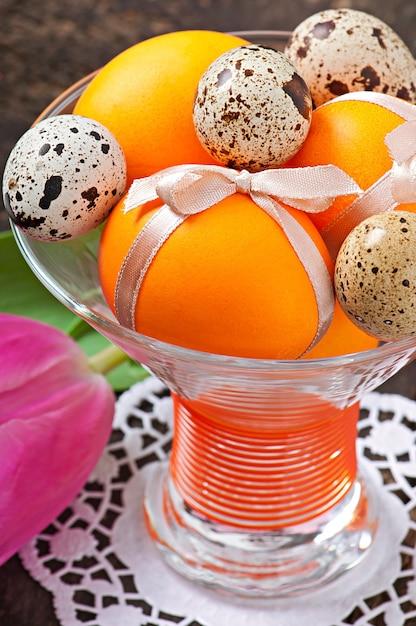 Христос воскрес. цветы и красочные яйца Бесплатные Фотографии
