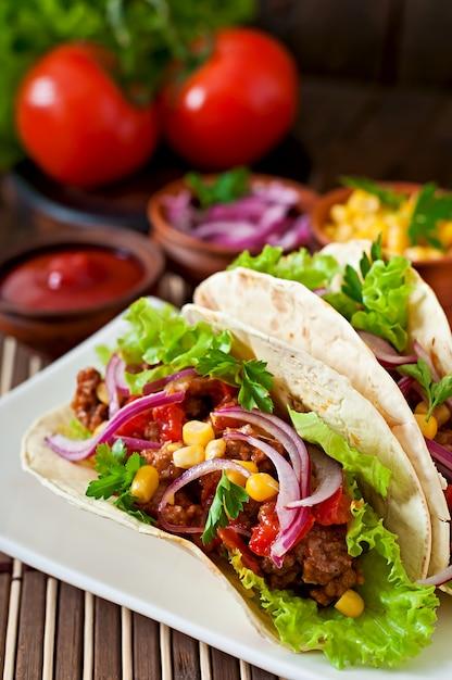 肉、野菜、赤玉ねぎとメキシコのタコス Premium写真