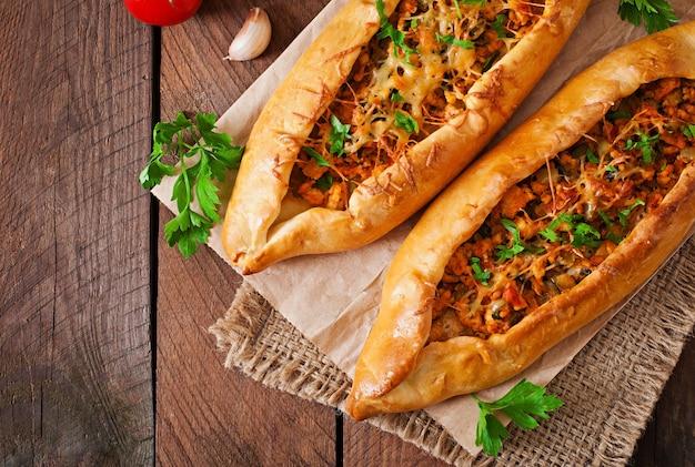 Традиционная турецкая кухня с говядиной и овощами Premium Фотографии
