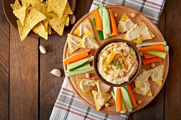 Здоровый домашний хумус с оливковым маслом и лавашом Бесплатные Фотографии