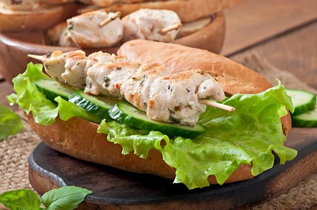 チキンケバブとレタスの大きなサンドイッチ 無料写真