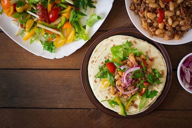 肉、豆、サルサとメキシコのタコス Premium写真
