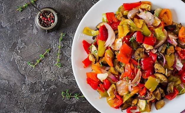 白い皿に焼き野菜。ナス、ズッキーニ、トマト、パプリカ、玉ねぎ。上面図 無料写真