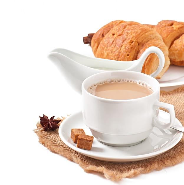 コーヒーとクロワッサンの朝食 無料写真