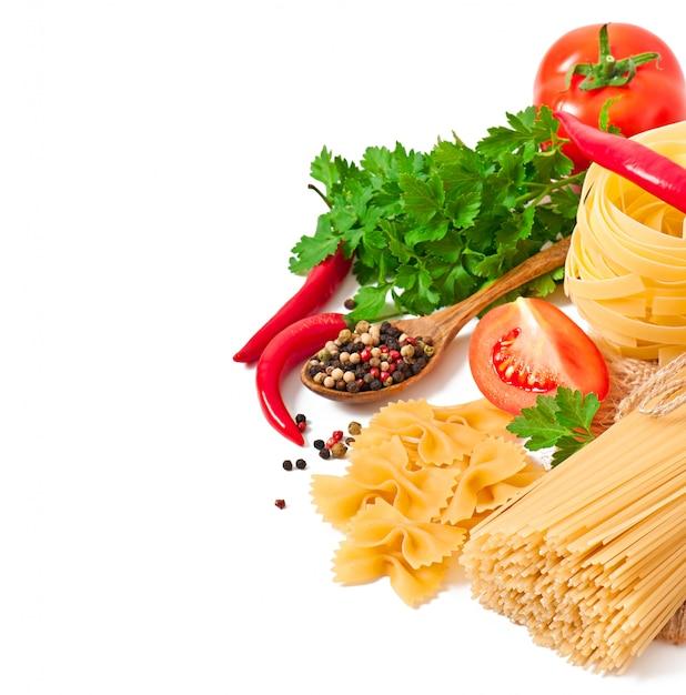 パスタスパゲッティ、野菜、スパイスを白で隔離 無料写真