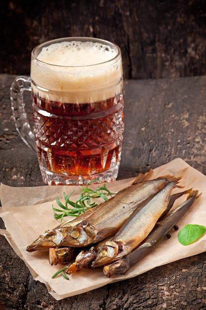 ビールと魚の燻製 Premium写真