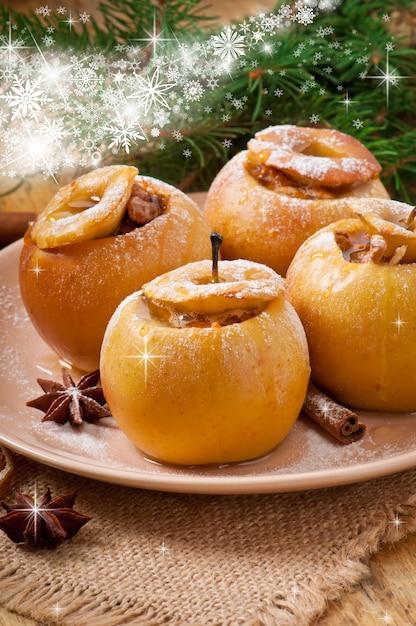 Запеченные яблоки с медом и орехами Premium Фотографии