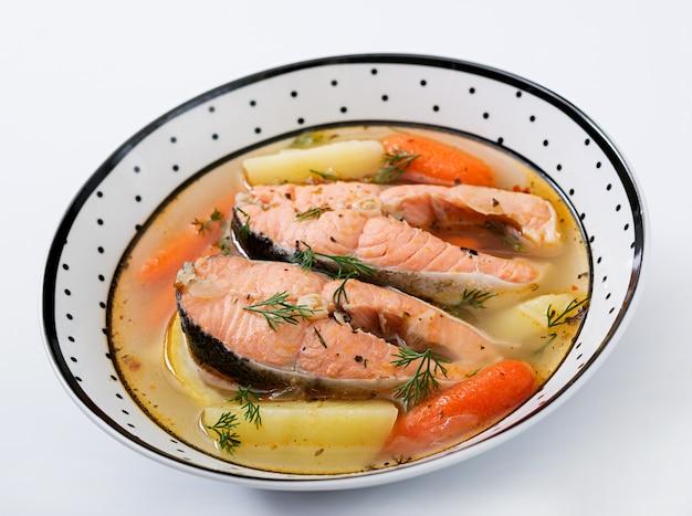 ボウルに野菜と鮭の魚のスープ。 無料写真