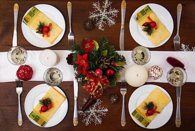 クリスマステーブルの上の伝統的な食器。 Premium写真