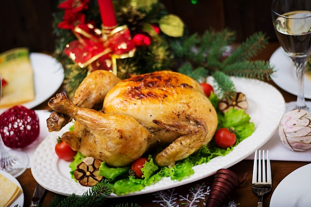 明るい見掛け倒しとキャンドルで飾られた七面鳥を添えてクリスマステーブル Premium写真