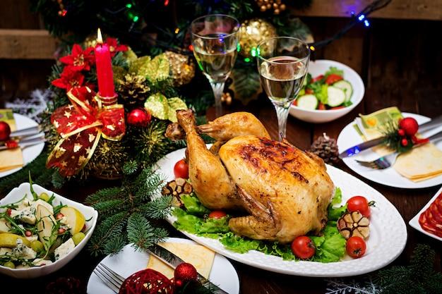 明るい見掛け倒しとキャンドルで飾られた七面鳥を添えてクリスマステーブル 無料写真