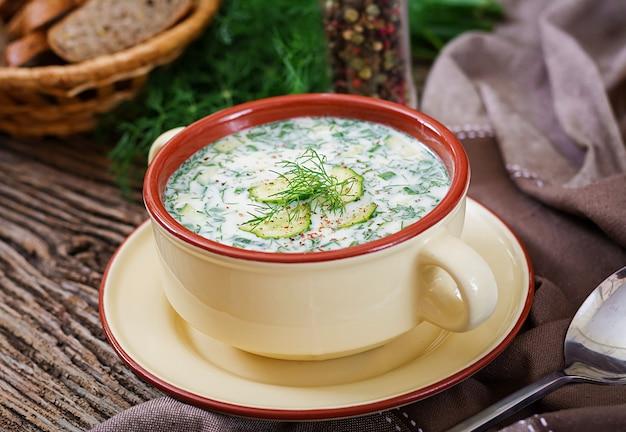 卵、キュウリ、木製のテーブルにディルと夏のヨーグルトの冷たいスープ 無料写真